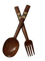 Salatbestikk, brun skje og gaffel med utskjæring av ben på toppen