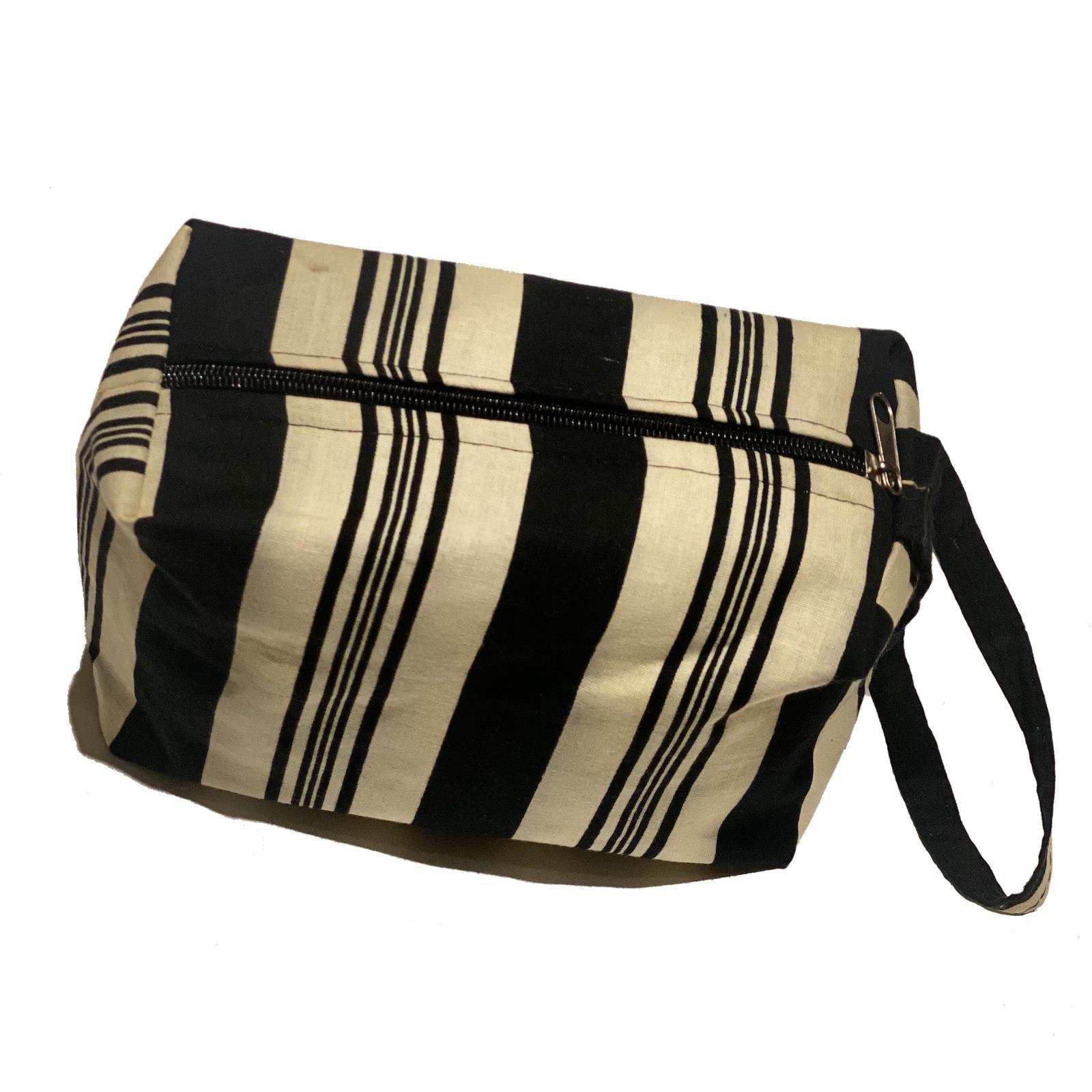 Toalettmappe, brun og hvit, striper